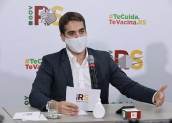 """""""É com a vacina que conseguiremos parar o vírus"""", disse Leite durante transmissão ao vivo pelo internet - Foto: Itamar Aguiar / Palácio Piratini"""