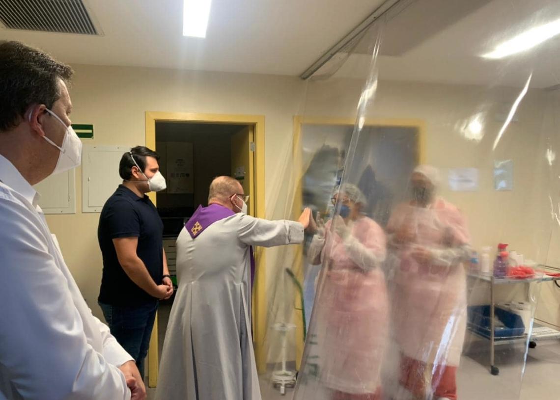 Padre César: fé, amor e bençãos aos pacientes e profissionais da saúde (Foto: Divulgação