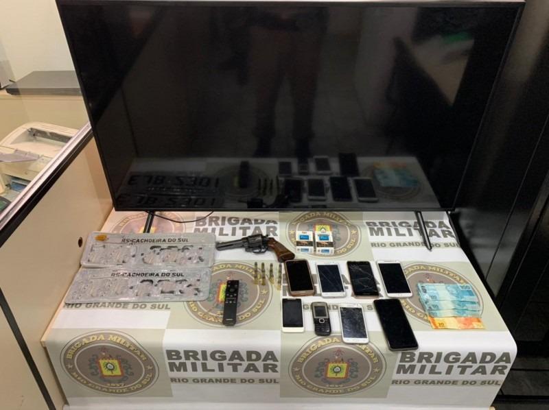Arma, celular e objetos roubados apreendidos pelos policiais (Foto: Brigada Militar)