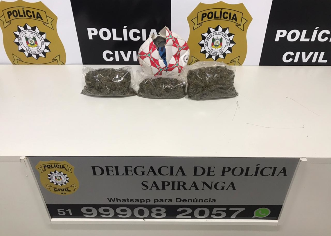 Droga estava dentro de uma bola de futebol (Foto: Polícia Civil)