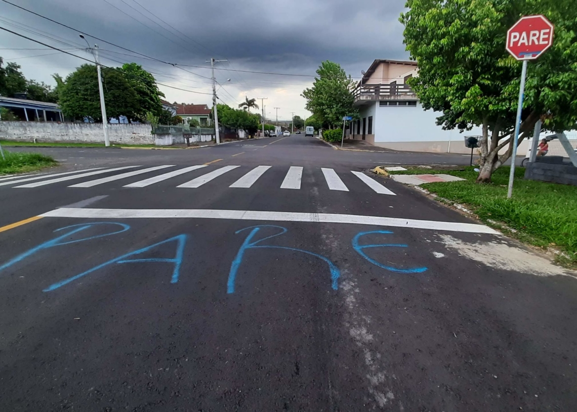 """Mesmo com a placa, moradores pintaram aviso de """"Pare"""" no asfalto para alertar os motoristas - Fotos: Henrique Ternus"""