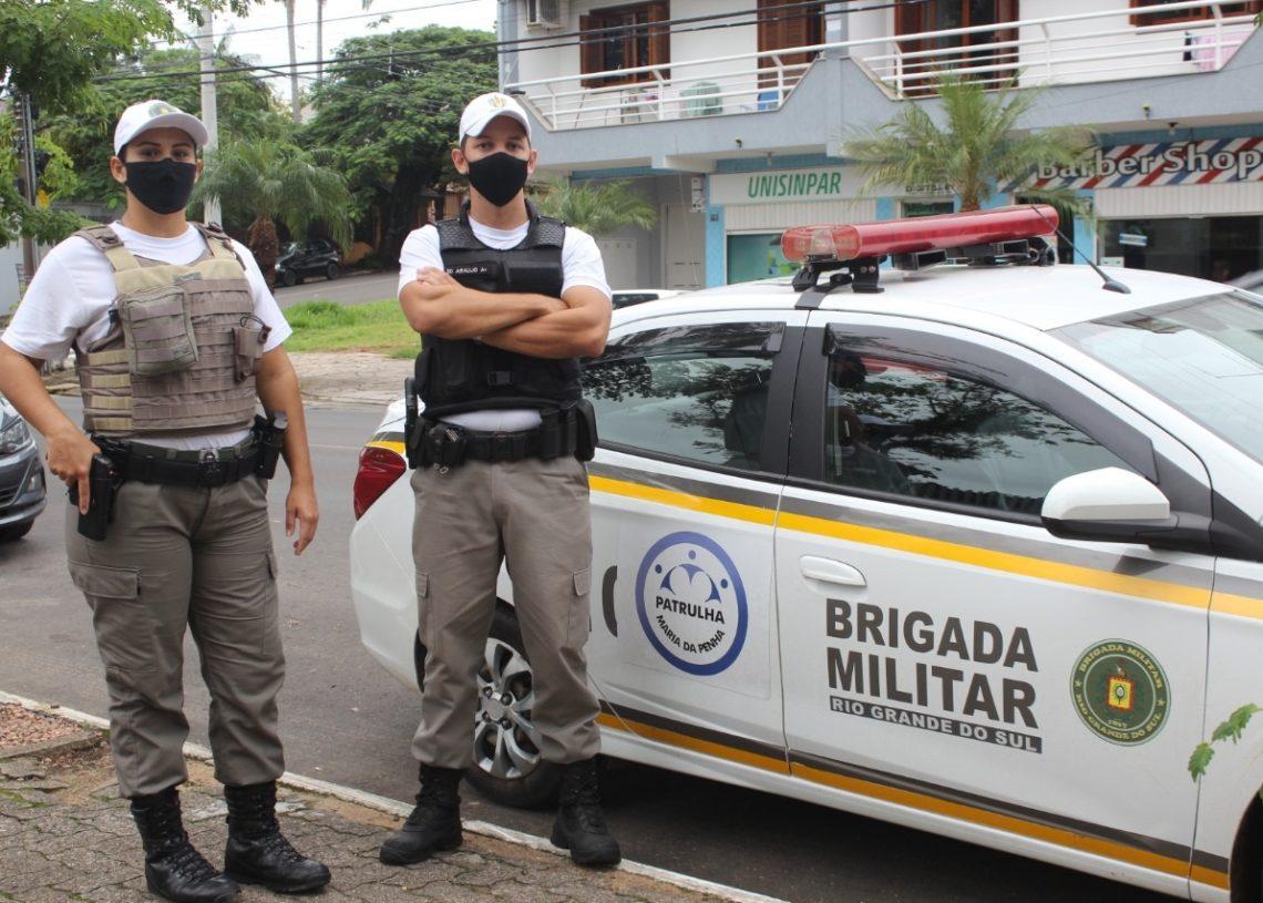 Dupla de brigadianos, entre eles uma soldado mulher, visita as vítimas de violência em casa  (Fotos: Melissa Costa)