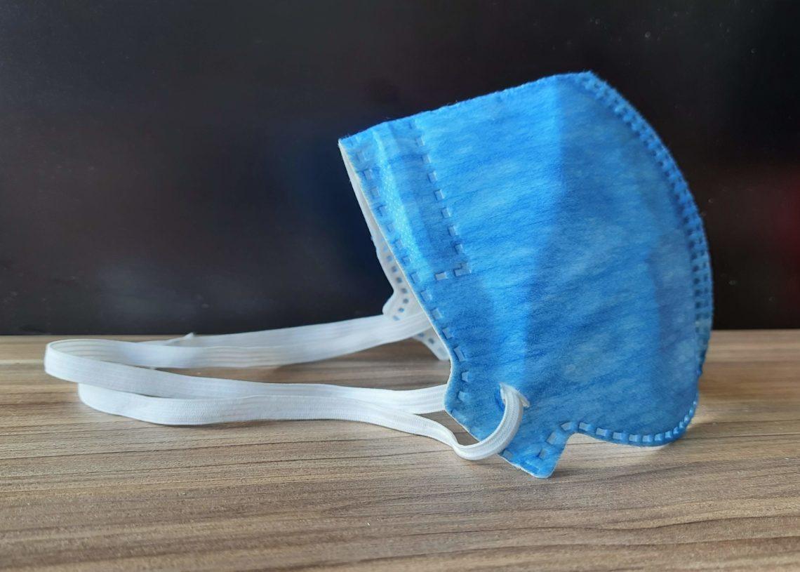 Máscara PFF2 tem filtros mais eficazes e maior vedação, já que os elásticos são presos à cabeça do usuário, ao invés de ser posicionada nas orelhas - Foto: Henrique Ternus