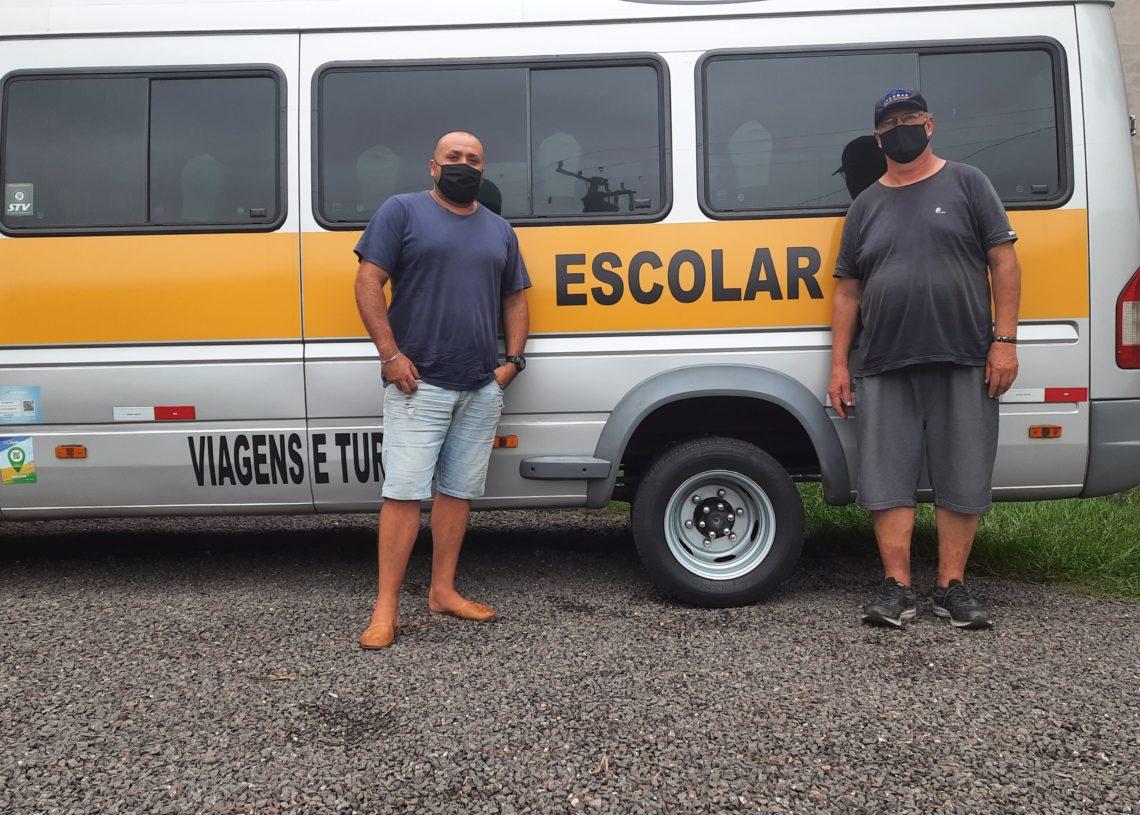 Enquanto aulas não voltam, Edson (esq.) e Darli querem auxílio para dar conta das despesas com impostos e comida - Foto: Henrique Ternus