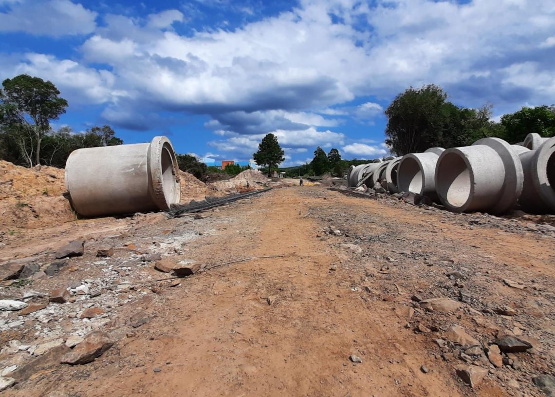 Tubulação de concreto já está no campo de obras para canalizar o esgoto das casas próximas ao local - Fotos: Henrique Ternus