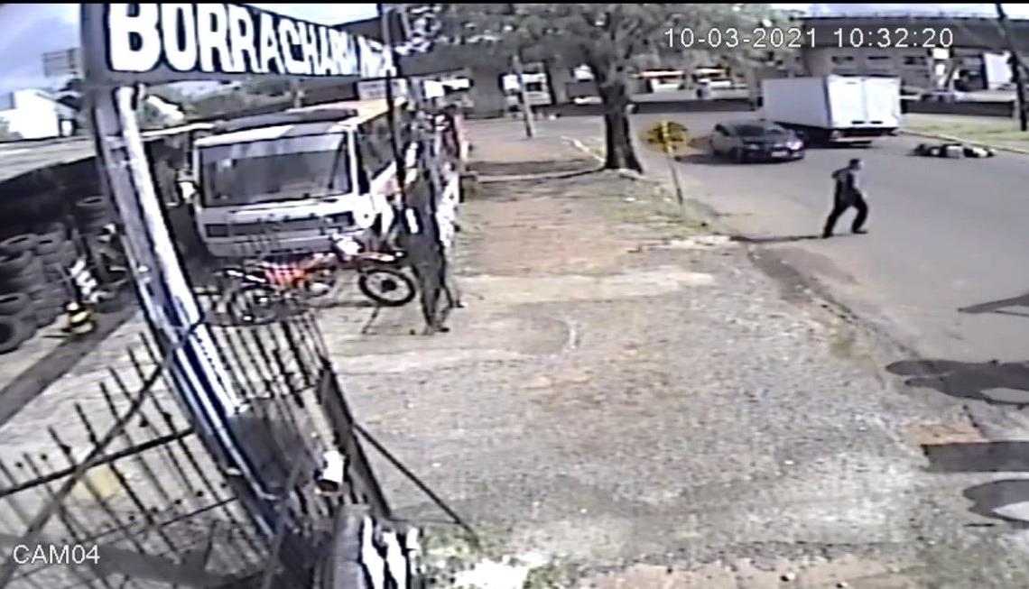 Câmeras de segurança flagraram o momento do acidente (Cred. Reprodução)
