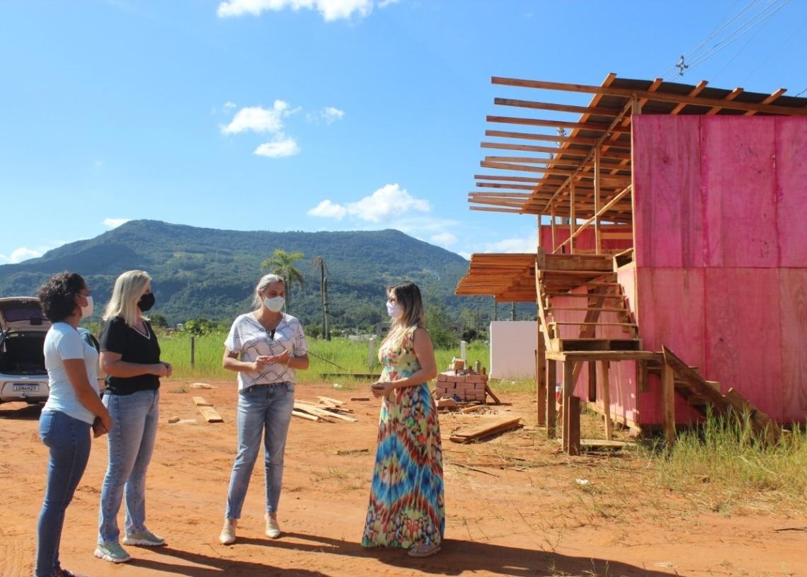 Prefeita Carina, secretária Cláudia, Paola e Simone visitando o local da futura EMEI, no bairro Voo Livre  (Foto: Melissa Costa)