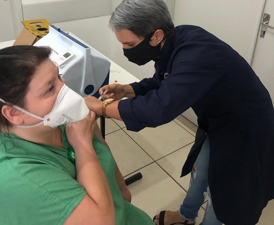 Vacinação iniciou com os profissionais da saúde no mês de janeiro (Foto: Sabrina Strack)