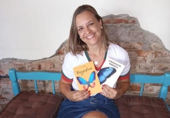 Camila exibe com orgulho suas duas obras, com as quais espera poder ajudar as pessoas - Foto: Reprodução