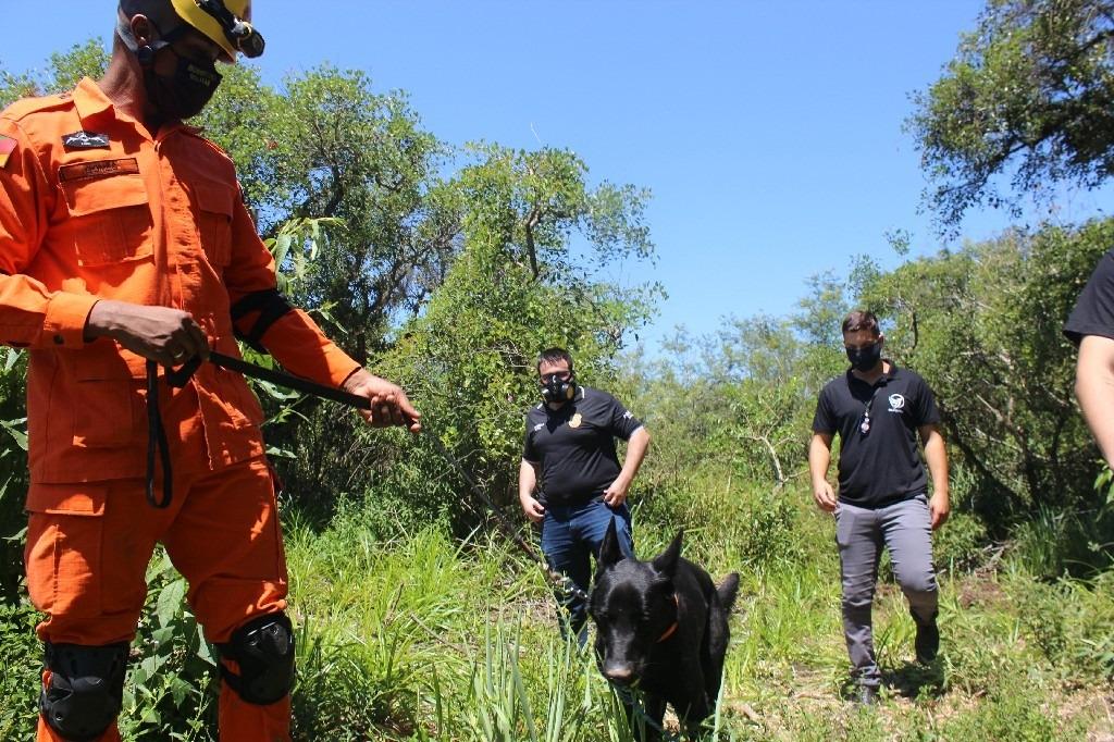 Trabalho em Araricá foi coordenado pelo delegado Branco e contou com apoio dos bombeiros: duas horas de buscas intensas na mata (Fotos: Melissa Costa)