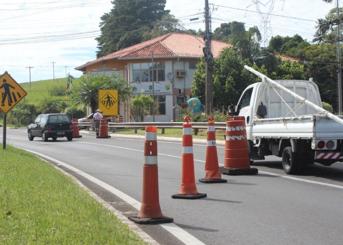 Sinalização é uma forma para que motoristas  reduzam a velocidade em trecho da rodovia  (Foto: Melissa Costa)
