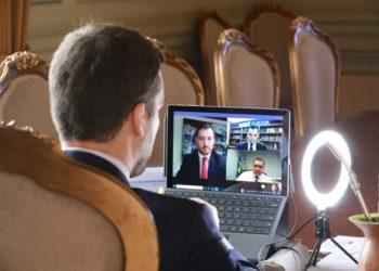 Leite, Dallazen e Costa conversaram por videoconferência com o ministro Nunes Marques - Foto: Itamar Aguiar / Palácio Piratini