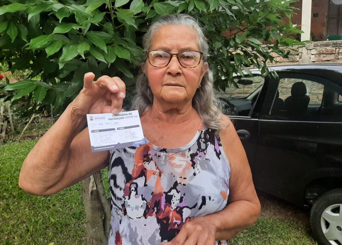 Rosa Maria Costa, 79, moradora do bairro São Luiz, em Sapiranga, está imunizada com as duas doses (Foto: Cláudia Silva)