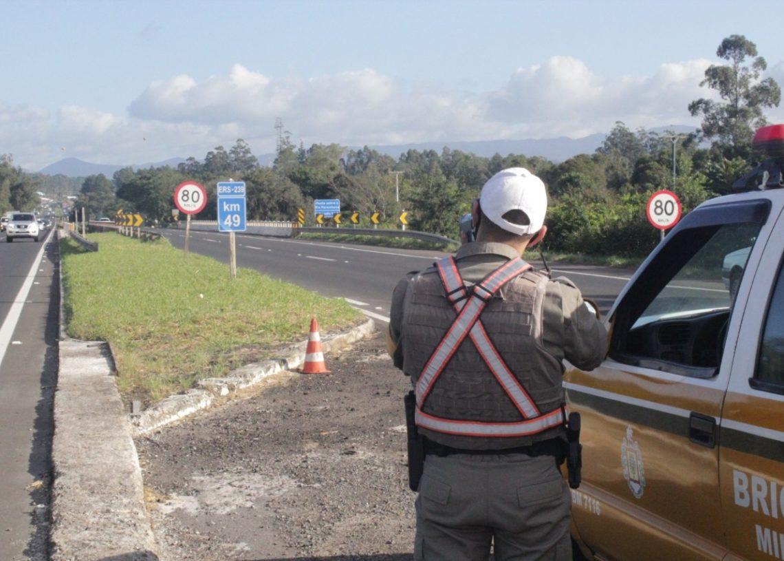 Fiscalização com radar móvel em Parobé, no km-49 da ERS-239  (Foto: Melissa Costa)