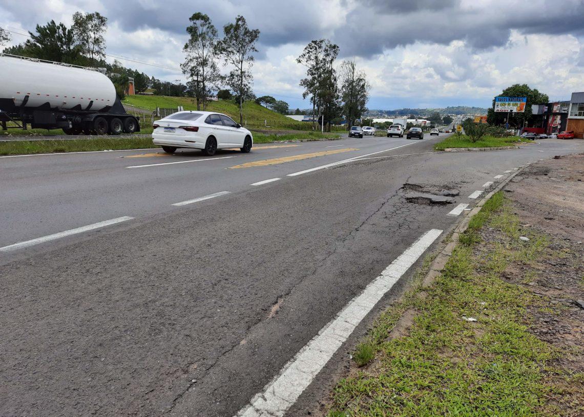 Prefeitura pediu controlador e mais sinalização no retorno do Amaral Ribeiro, no acesso à rua Nações Unidas, onde acidentes são frequentes - Foto: Henrique Ternus
