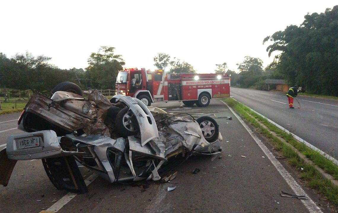 Vectra totalmente destruído com a colisão (Foto: Rodrigo Tressoldi/Bombeiros de Nova Hartz)