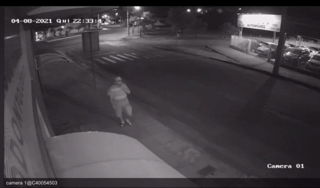 Ação do ladrão foi flagrada por câmeras de segurança (Imagem: Reprodução)
