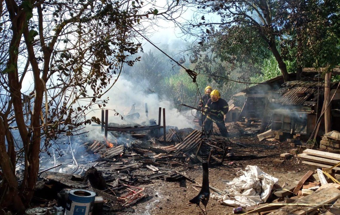 Bombeiros combatendo o incêndio no bairro Oeste (Foto: Melissa Costa)