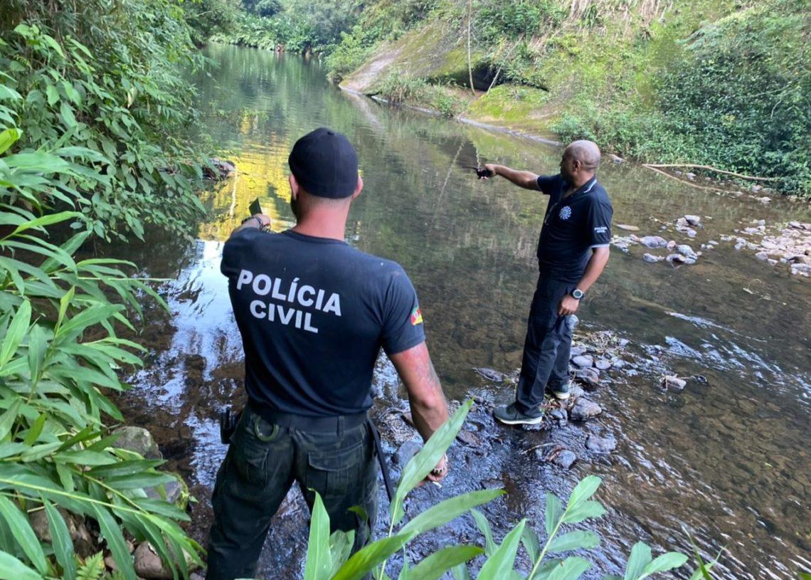 Delegado Clóvis, ao lado do chefe da investigação, visualizou o corpo às margens do rio sobre galhos