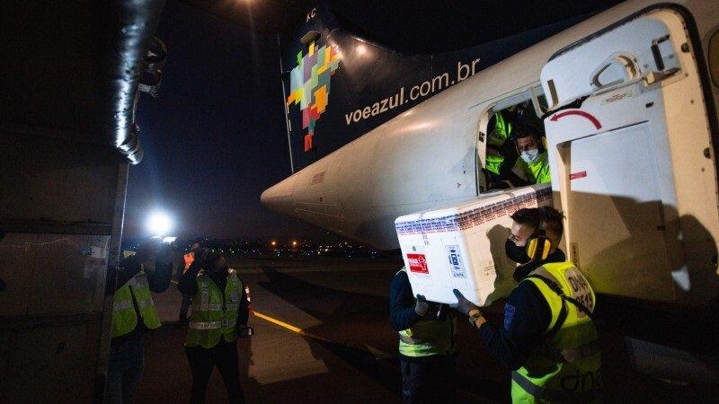 Caixas térmicas chegaram em avião que pousou no início da manhã de sábado (8/5) no aeroporto de Porto Alegre - Foto: Felipe Dalla Valle / Palácio Piratini