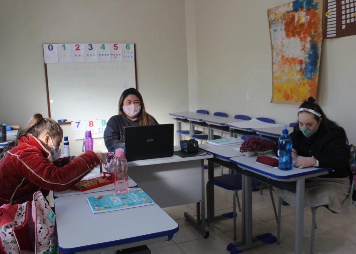 Alunas recebendo os ensinamentos da professora Tamires (Foto: Melissa Costa)