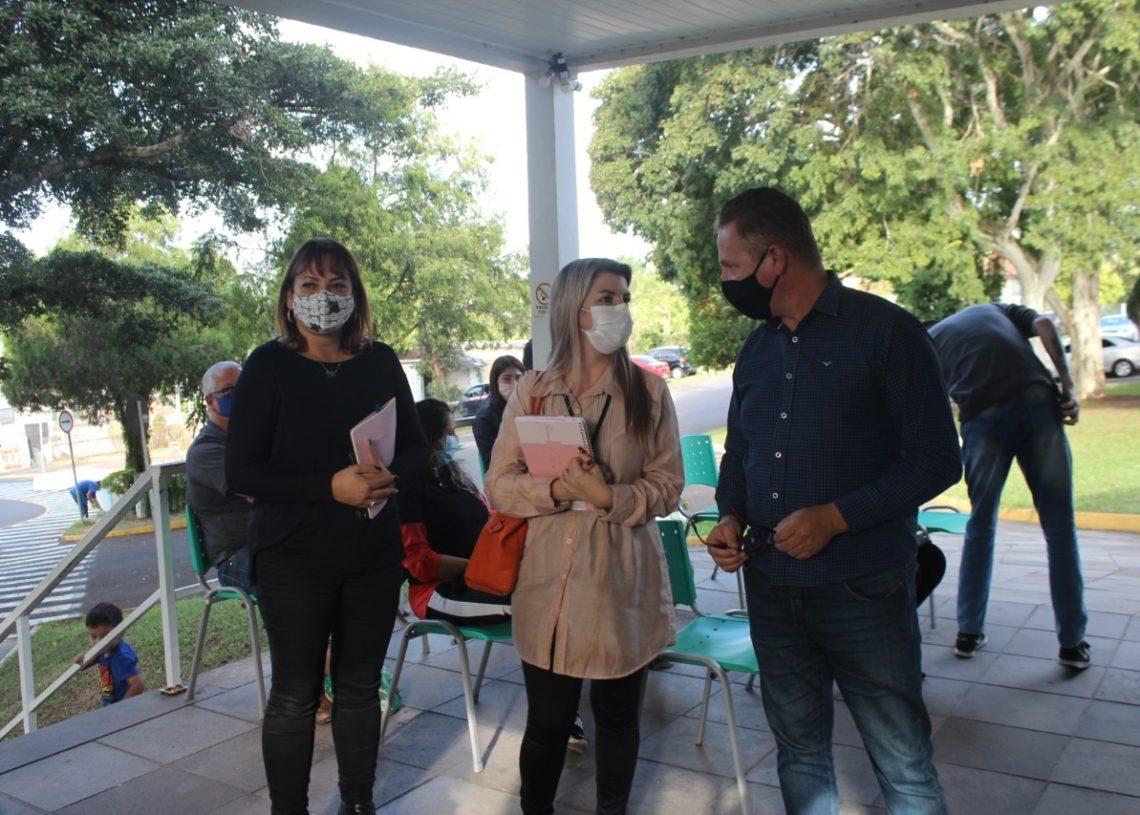 Vereadores estiveram no Hospital Lauro Reus na tarde desta segunda (Foto: Melissa Costa)