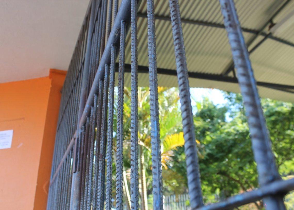 Escola Municipal Ayrton Senna, de Sapiranga, mantém portões fechados durante a aula (Foto: Melissa Costa)
