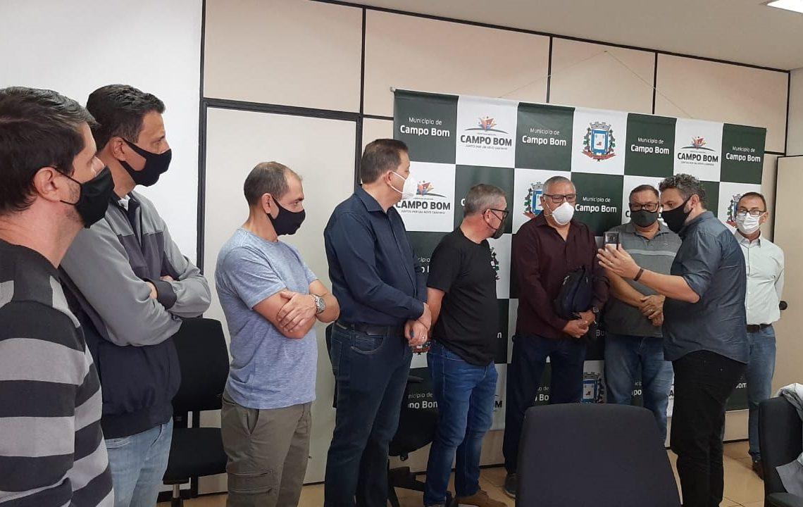 Deputado Issur e prefeito Luciano Orsi reunidos com representantes da categoria   (Foto: Divulgação)