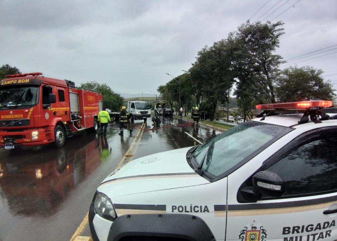 Trânsito ficou interrompido durante o socorro (Foto: Melissa Costa)