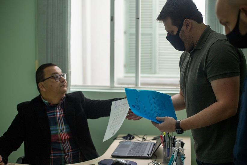 Secretário de Saúde realizando a notificação (Foto: Divisão de Comunicação da Prefeitura)