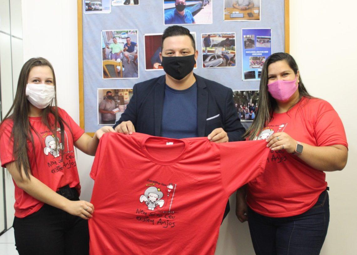"""Pamela e Kawane, entregam camiseta do """"Galetinha do Bem"""" para o vereador Tiago Moraes"""
