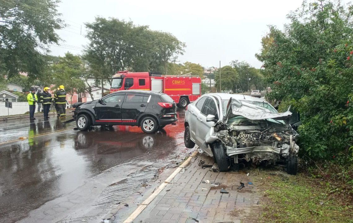 Veículos ficaram destruídos com o impacto (Foto: Melissa Costa)