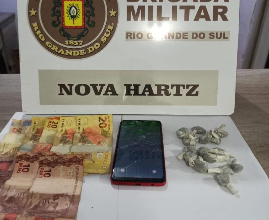Droga e dinheiro apreendidos (Foto: Brigada Militar)