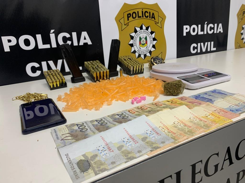 Munições, carregadores de pistola, droga, balança de precisão e dinheiro apreendidos (Foto: Polícia Civil)