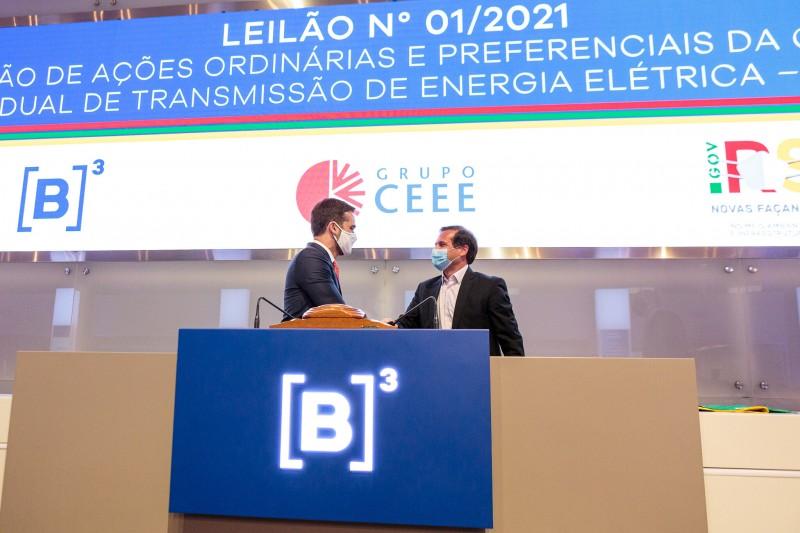 Governador Leite e Gustavo Estrella, presidente da CPFL Energia, empresa que assumirá a CEEE-T - Foto: Gustavo Mansur / Palácio Piratini