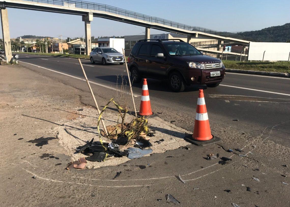 Na lateral da RS-239, em Sapiranga, local sem a tampa foi sinalizado com cones e galhos  (Foto: Claudia Silva)