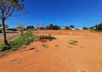 Terreno onde será construída a escola já está preparado, na Rua Tânia Simon no bairro Firenze