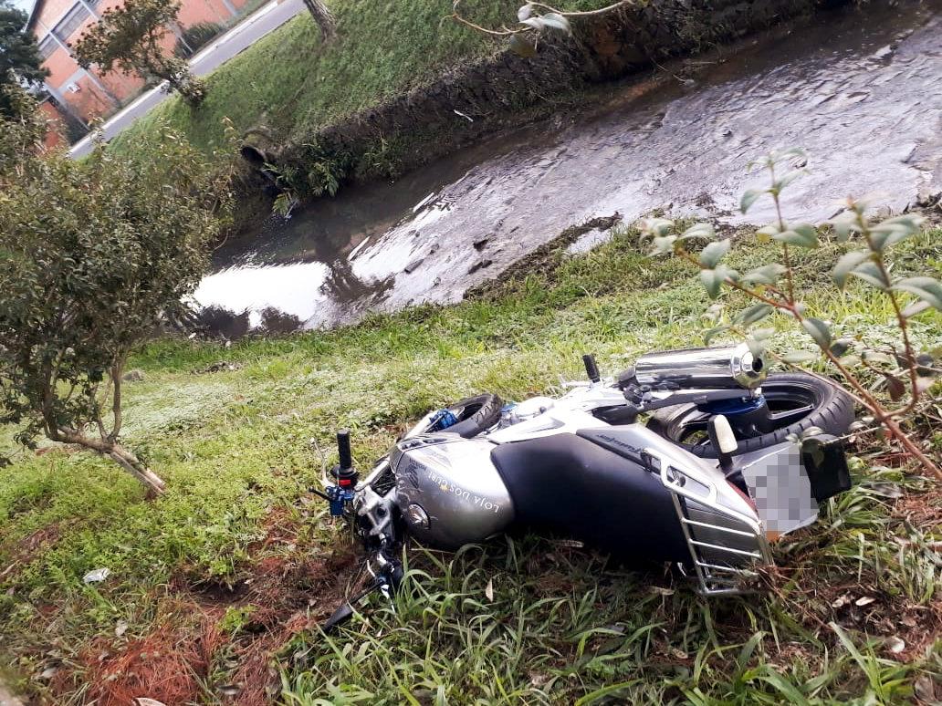 Após acidente, moto caiu em canteiro lateral da rua (Foto: Bombeiros Voluntários)