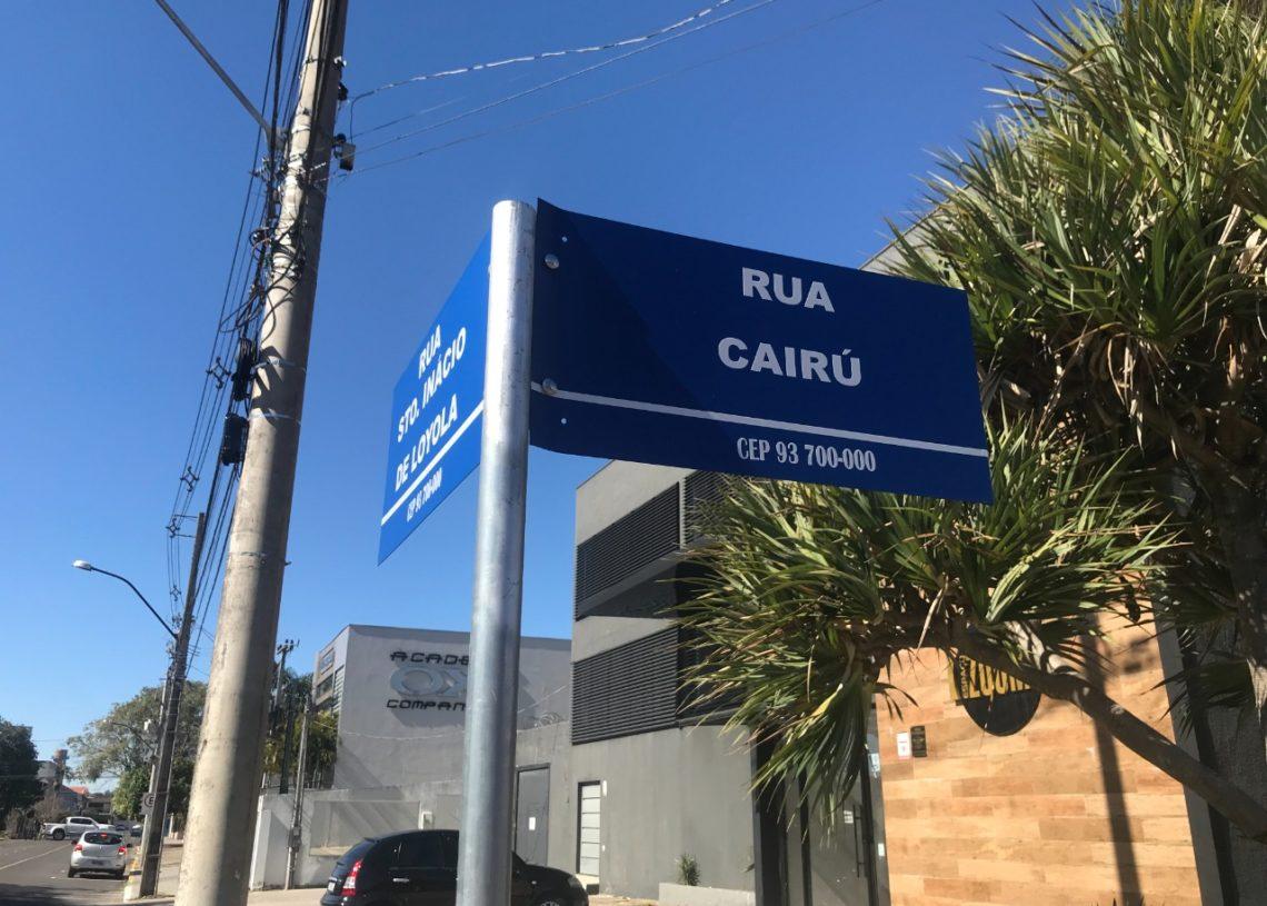 As placas mantém um padrão de cores e formato, além do nome da rua, a placa leva também o CEP do município