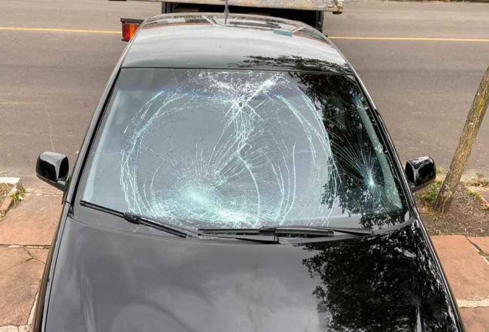 Veículo do acusado com o para-brisa danificado Foto: Polícia Civil