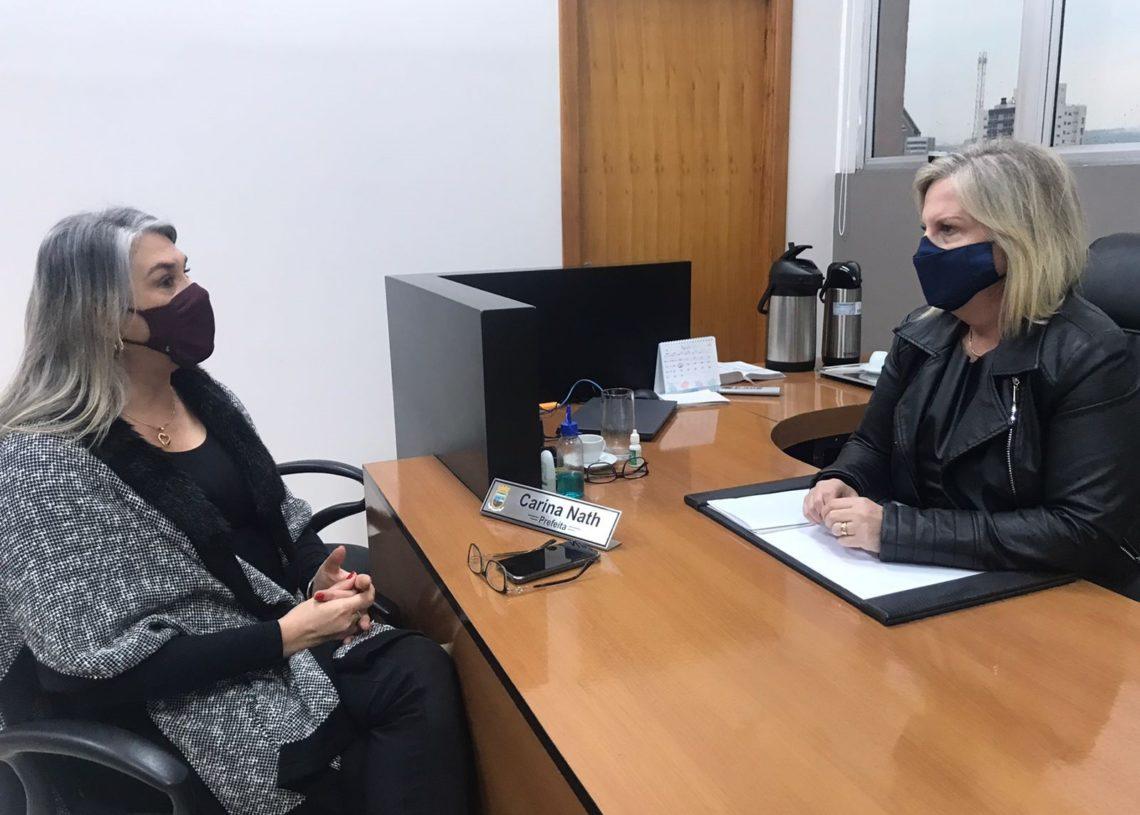Secretária Claudia e prefeita Carina em reunião sobre os novos investimentos na educação  Foto: Melissa Costa