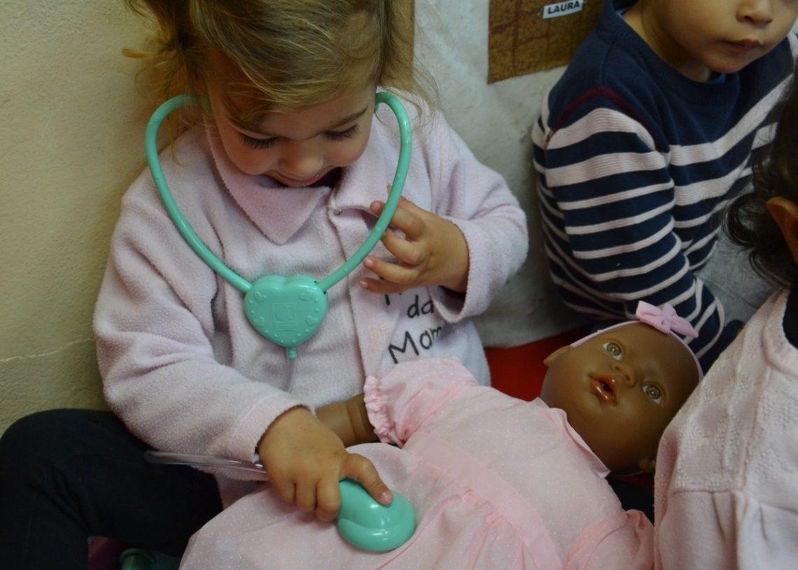 Crianças da Emei Cinderela com os novos brinquedos (Foto: Melissa Costa)