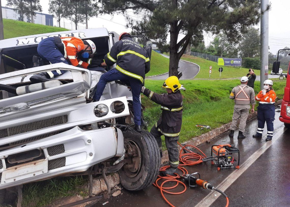 Vítima sendo retirada das ferragens pelos bombeiros (Foto: Deivis Luz)