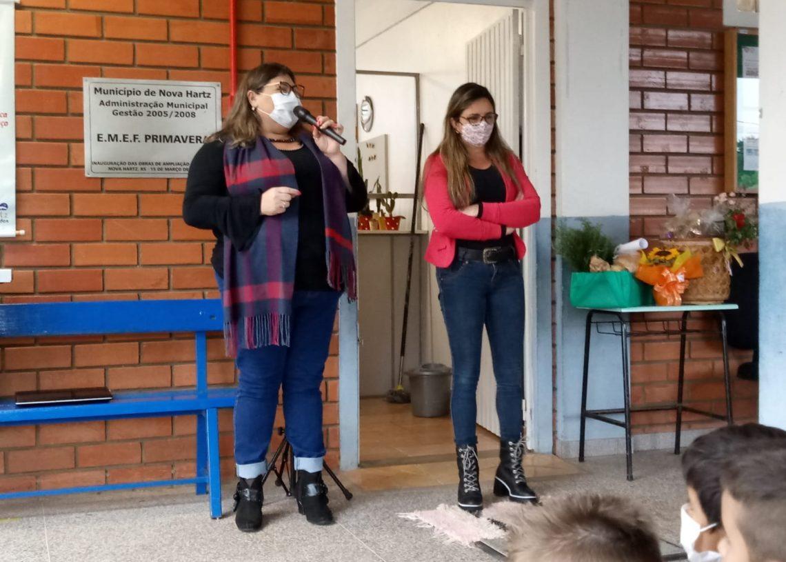Secretária Veronice conversa com alunos (Foto: Divulgação)
