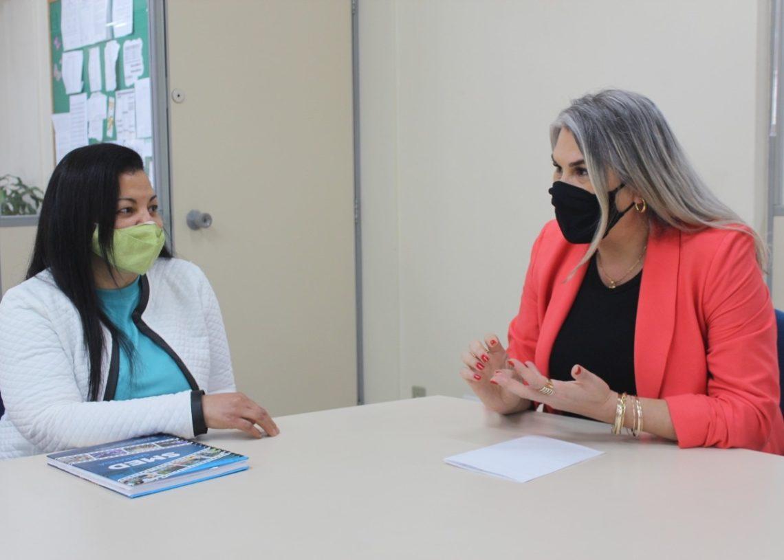 Secretária Cláudia conversa com a psicóloga Jussara: trabalho já obteve bons resultados Foto: Melissa Costa