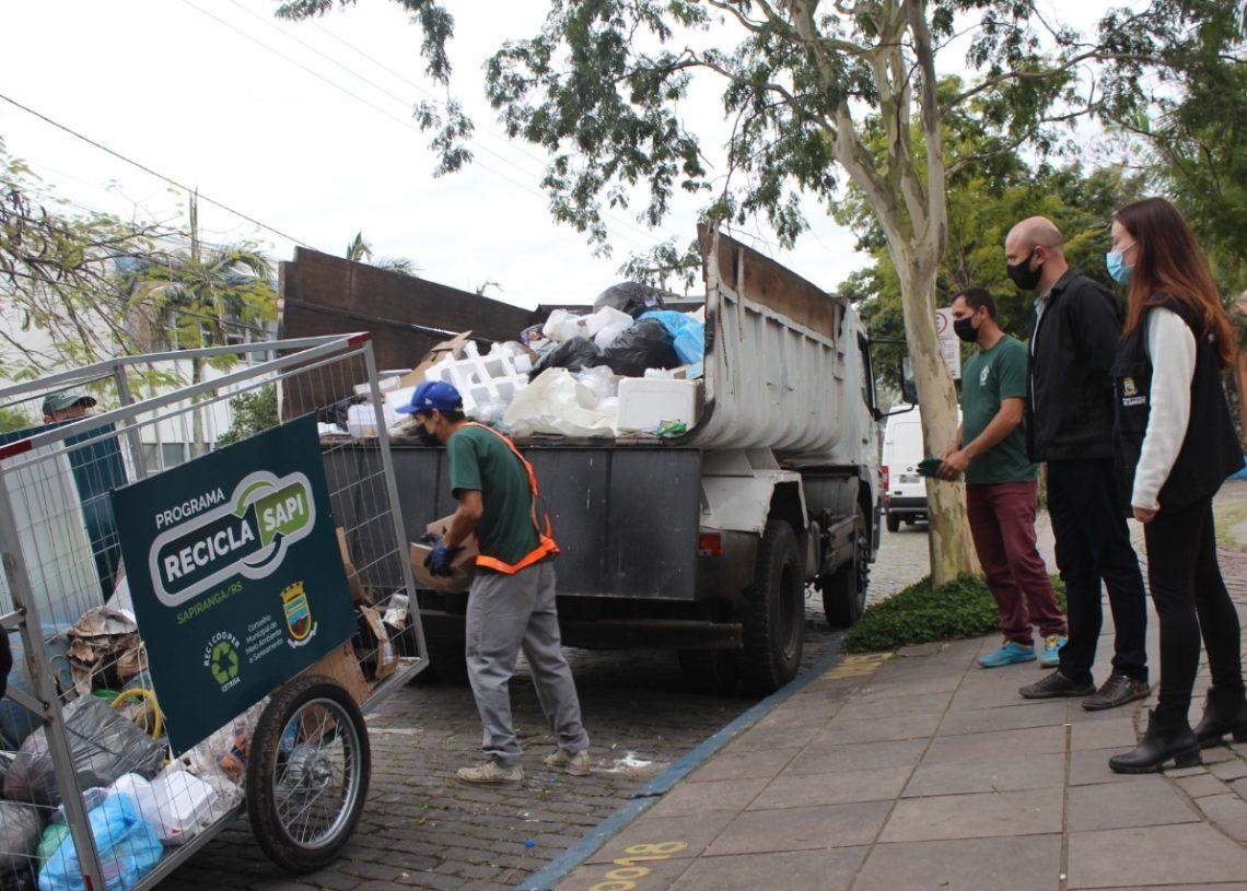 Dois carrinhos já estão em circulação e transferem o material para o caminhão  (Foto: Melissa Costa)