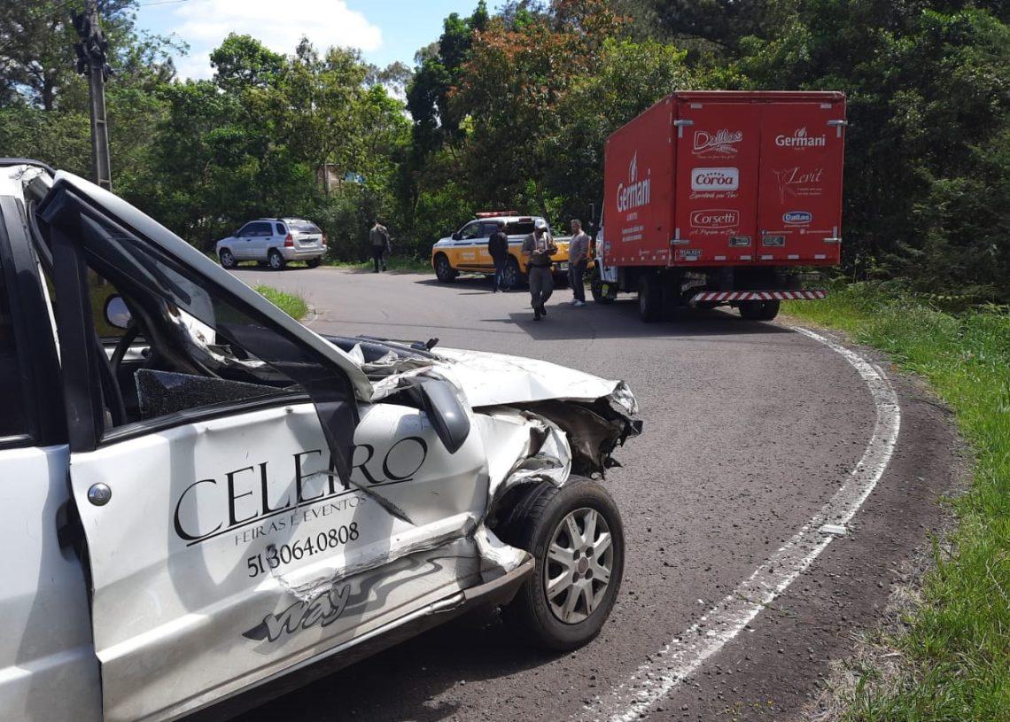 Lateral do Uno ficou destruída (Foto: Deivis Luz)