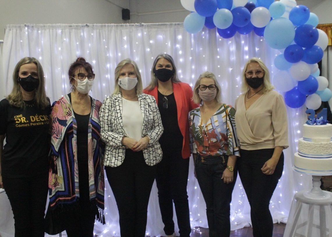 Diretora, ex-diretoras e prefeita Carina comemoram o aniversário  (Fotos: Melissa Costa)